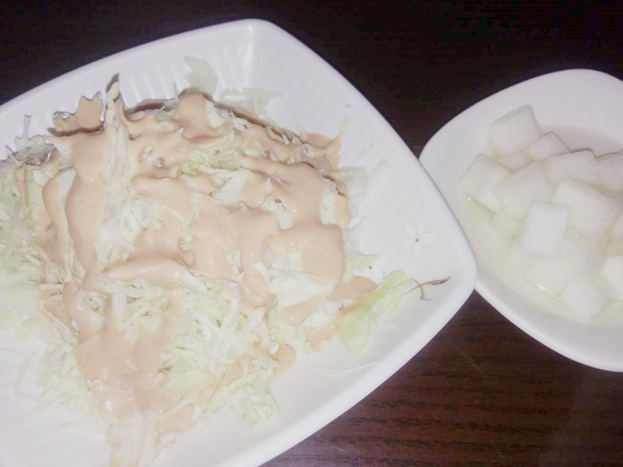 チキンには大根とキャベツサラダ